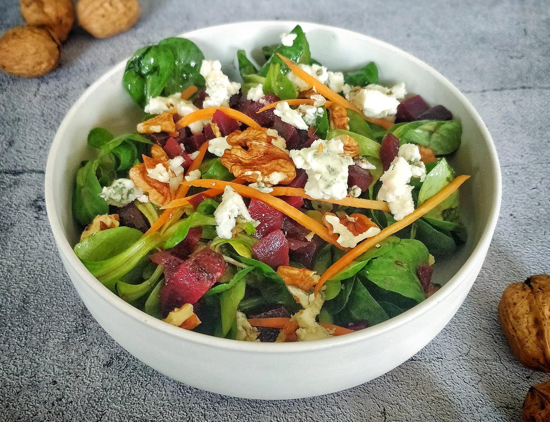 Salade hivernale de mâche, betteraves rouges, noix et roquefort