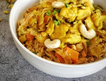 Poulet au curry et lait de coco, nouilles chinoises et légumes